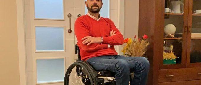 Francisco posando con su silla de ruedas
