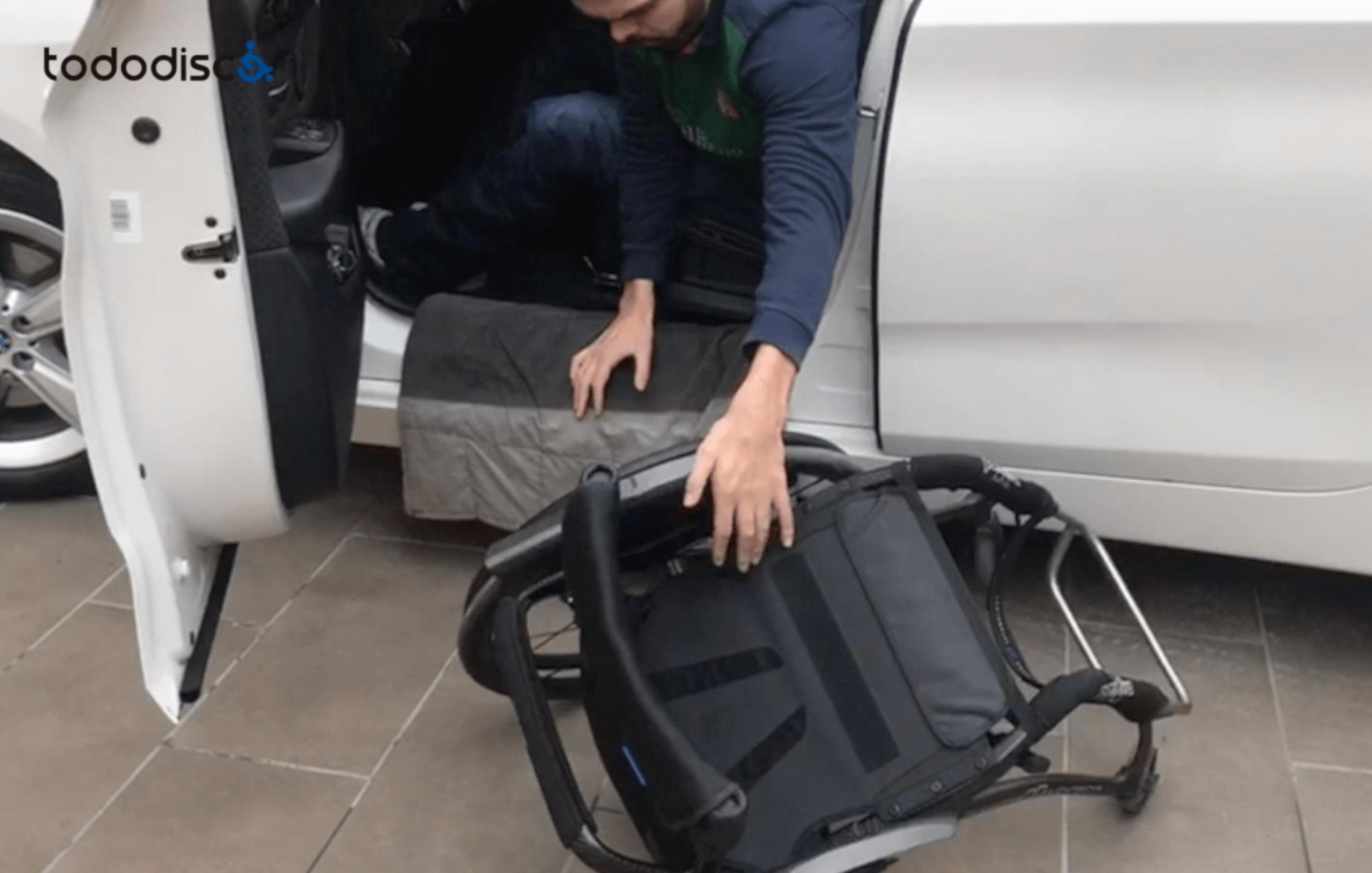 transfiriendo silla al coche